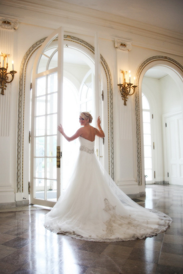 Tupper Manor bride with lace gown